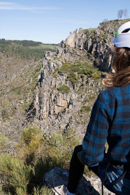 Vanessa devant les falaises de la via ferrata