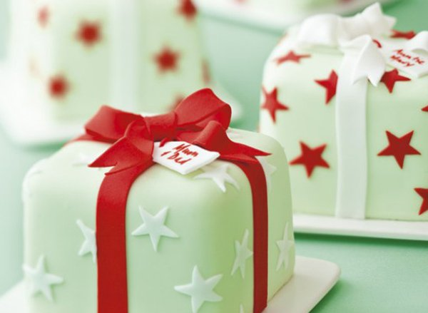 Really cute and adorable looking Christmas cakes. The cakes are made to look like little Christmas presents with star patterns around it and a red ribbon wrapping them up.