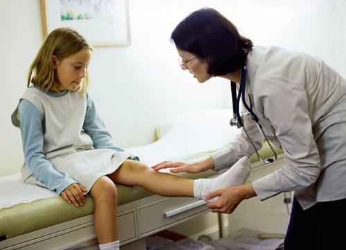 Что делать если распухло и отекло колено у ребенка. Что делать, если колено опухло и болит при сгибании: причины, лечение