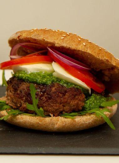 Hamburger med basilikumpesto og mozzarella