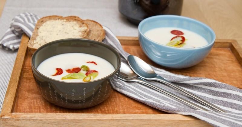 Kremet blomkålsuppe med chorizo og vårløk