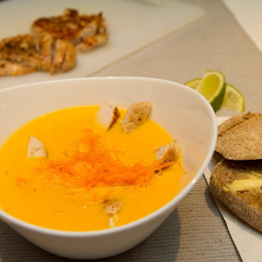 Gulrotsuppe med kylling, ingefær og chili