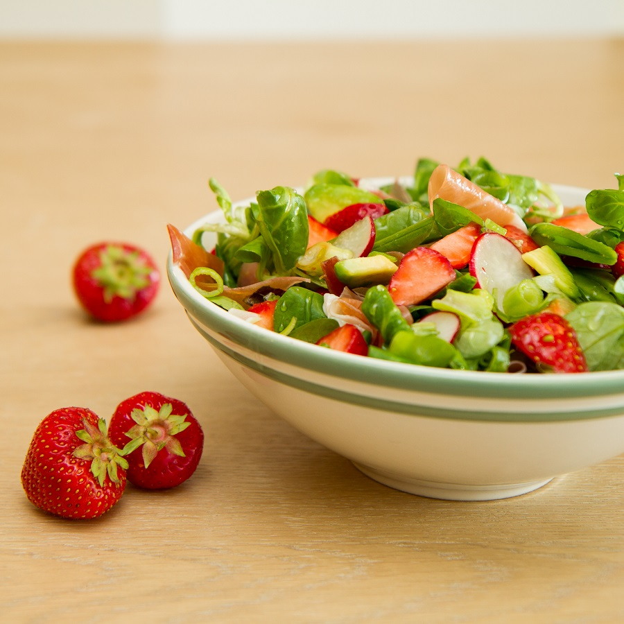 Sommersalat med jordbær og spekeskinke