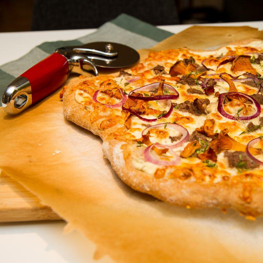 Hvit pizza med reinsdyr, sjampinjong og kantareller