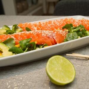 Sashimisalat med laks og avokado
