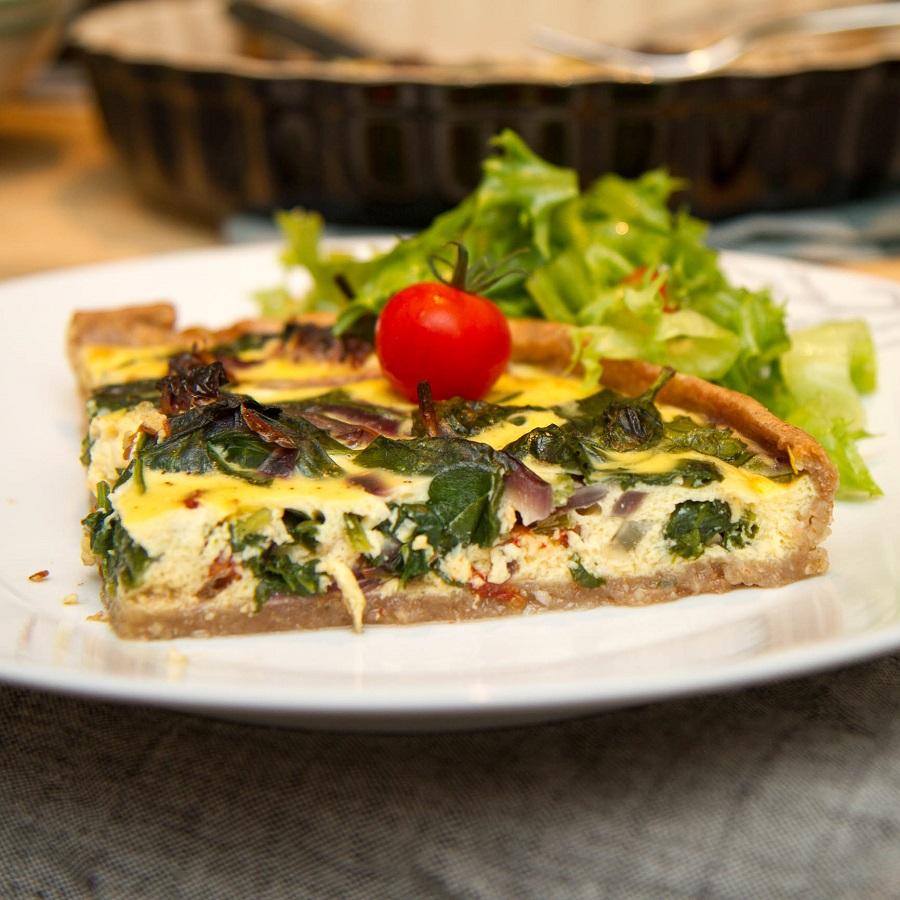 Grov spinatpai med feta og soltørkede tomater