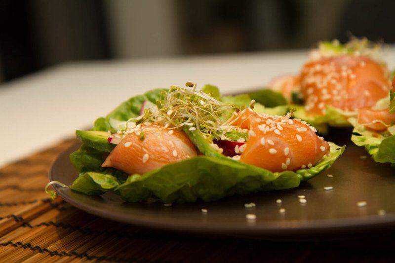 Sashimi i salatskåler