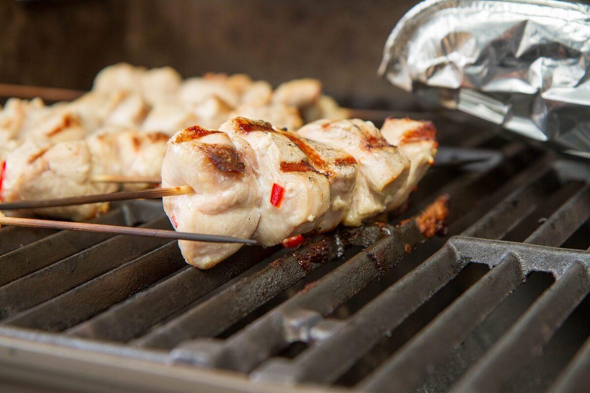 Limemarinert kyllingspyd på grillen