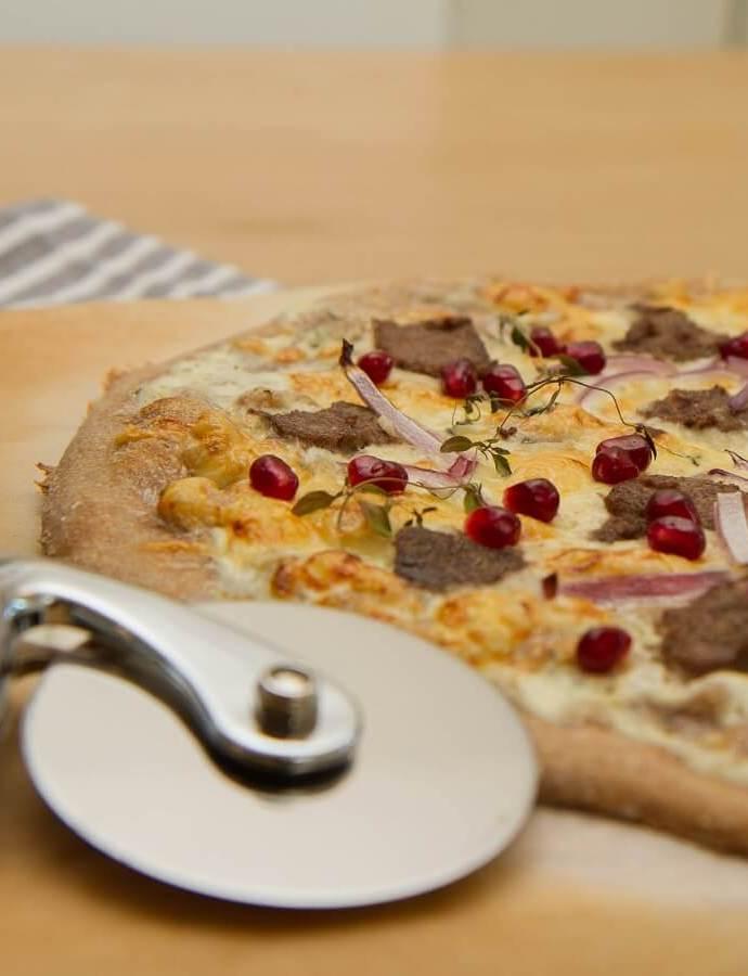 Hvit pizza med reinsdyr og granateple