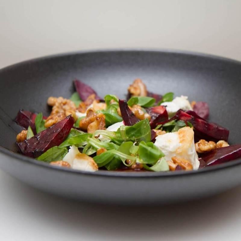 Rødbetsalat med grillet chevre og honningglaserte valnøtter