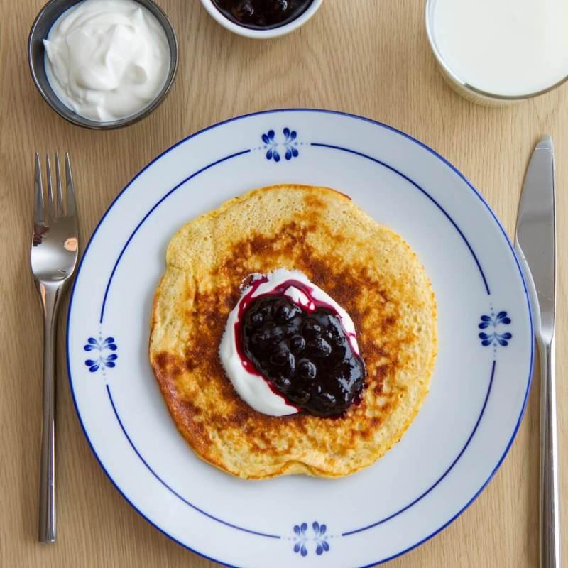 Proteinrike pannekaker med rømme og blåbær