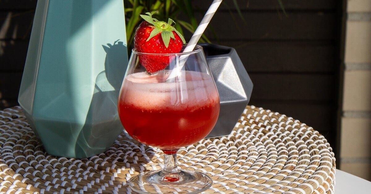 Sommerdrink med jordbær og corona