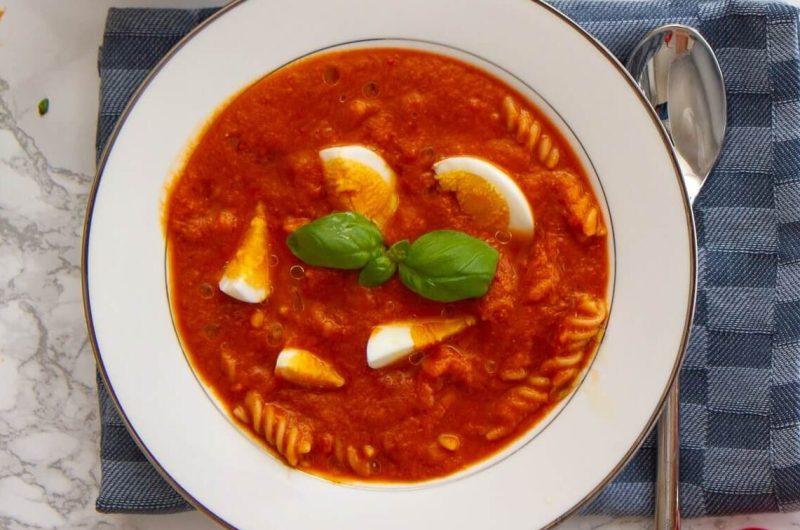 Tomatsuppe med egg og pastaskruer