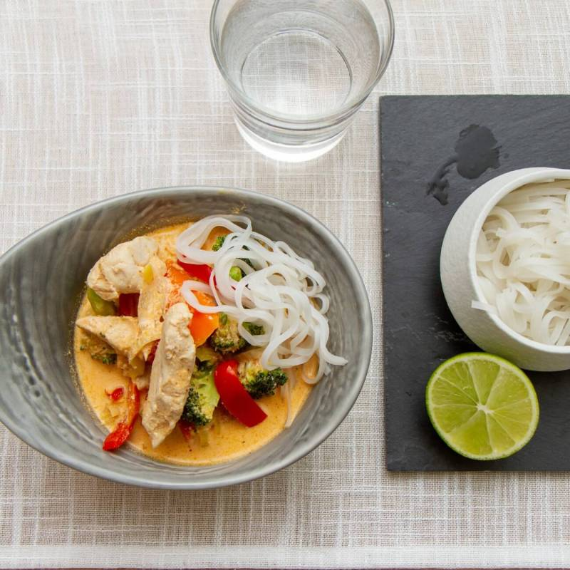 Red curry kyllingsuppe med risnudler