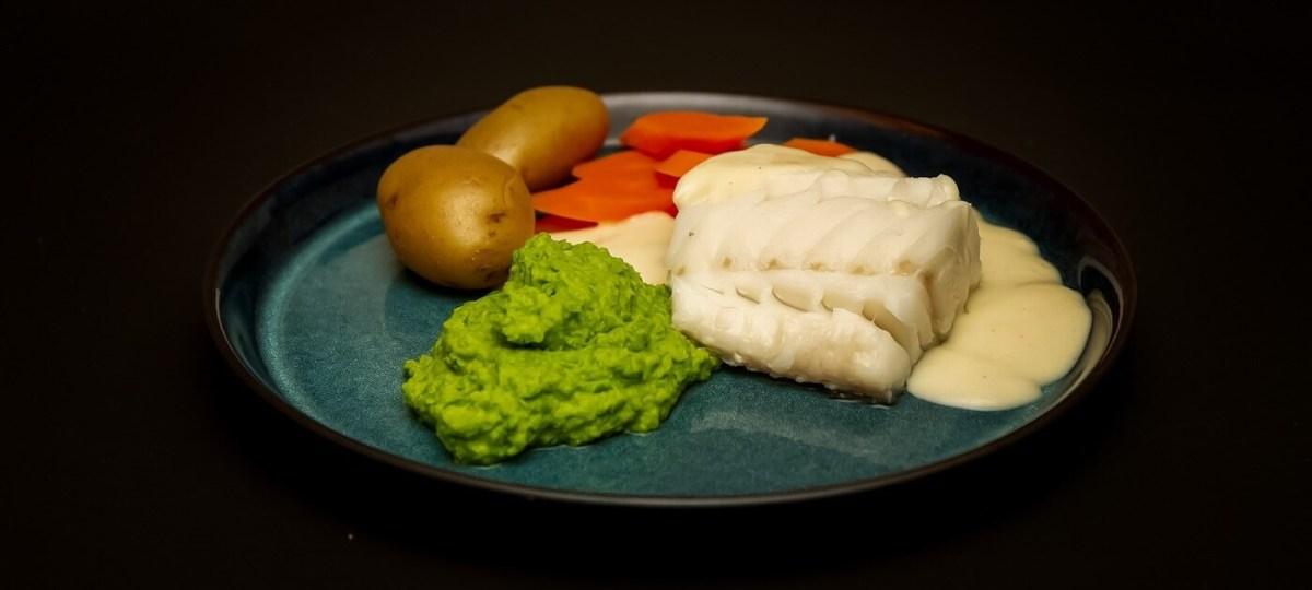 Fersk skrei med ertepuré og hvitsaus