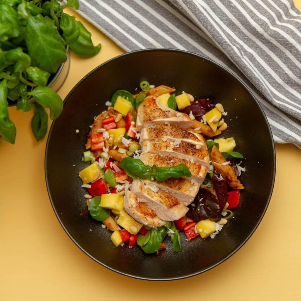 Lettvint kyllingsalat med rød pesto - FB