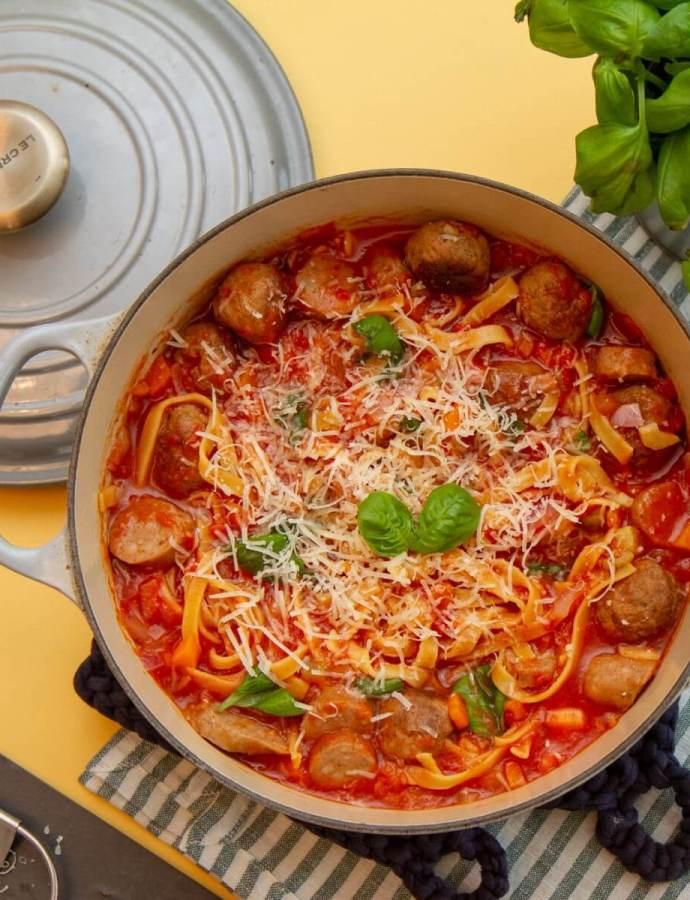 One pot pasta med pølser og kjøttboller