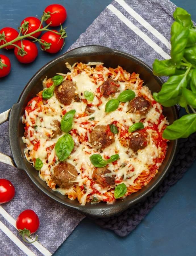 Gratinerte kjøttboller i pastaform