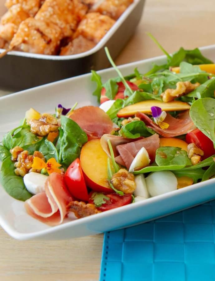 Salat med nektarin, mozzarella og spekeskinke