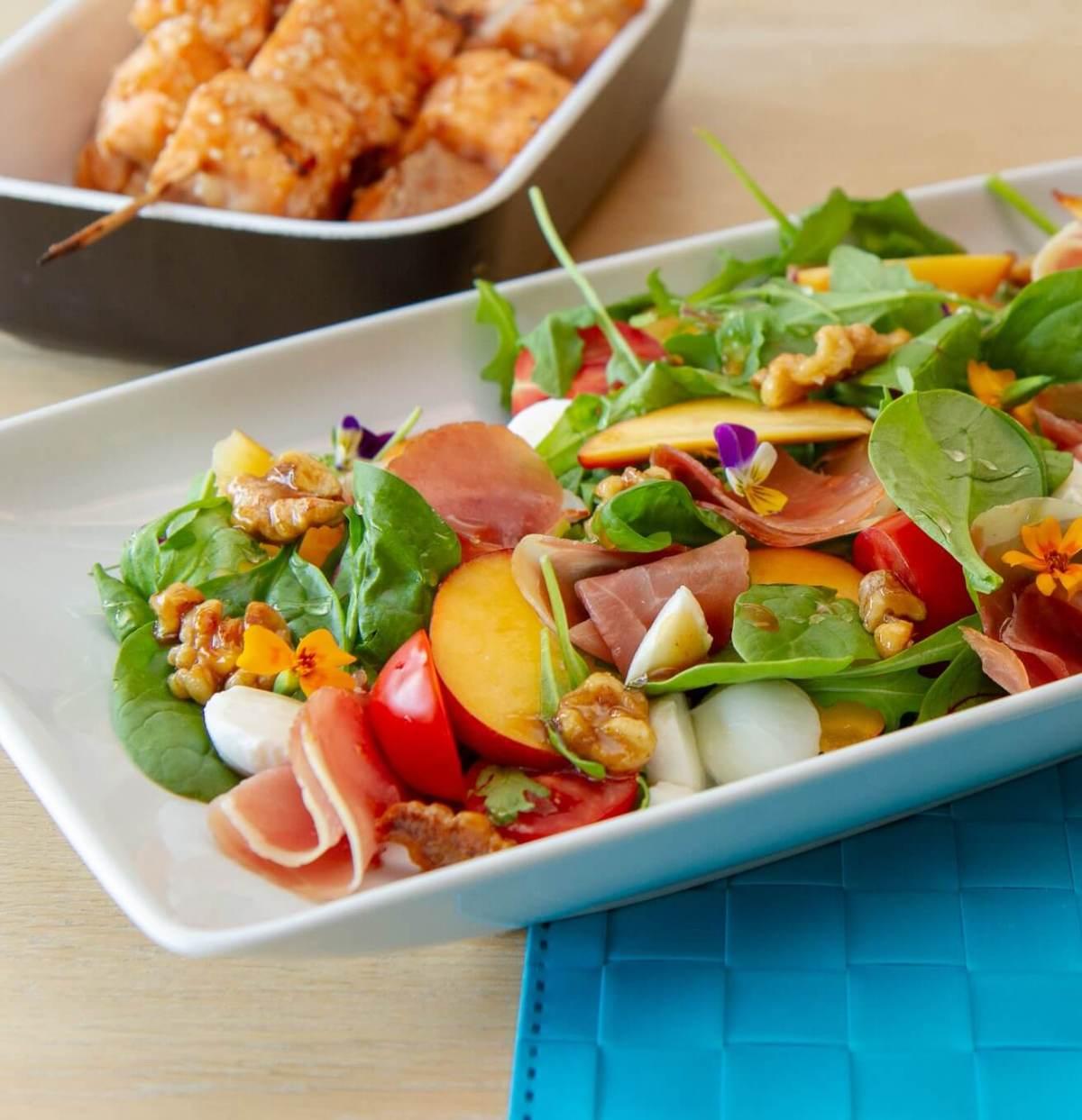 Salat med nektarin og honningglaserte valnøtter
