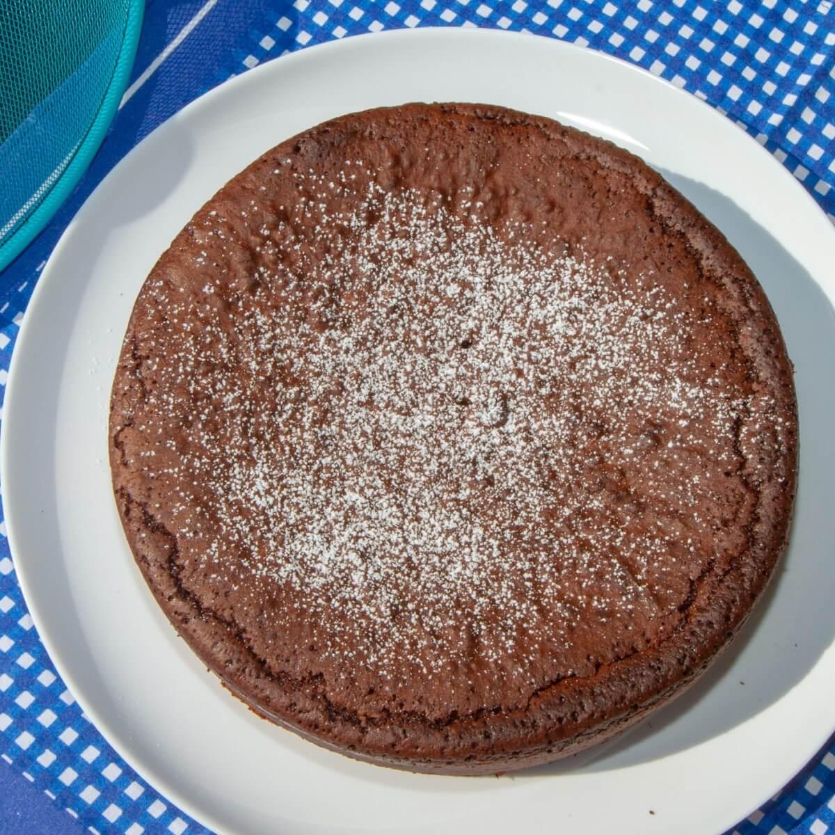 Sjokoladekake med melisdryss