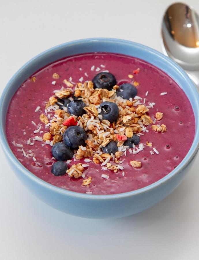 Smoothieskål med blåbær og granola
