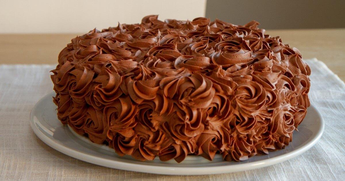 Sjokoladekake med bringebærmousse og sjokoladesmørkrem