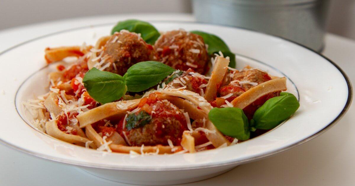 Kjøttboller i tomatsaus med pasta