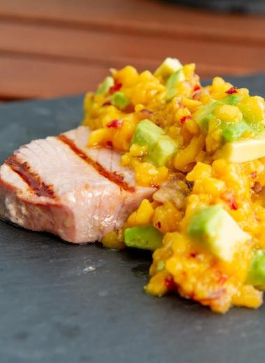 Grillet tunfisk med mango og avokadosalsa