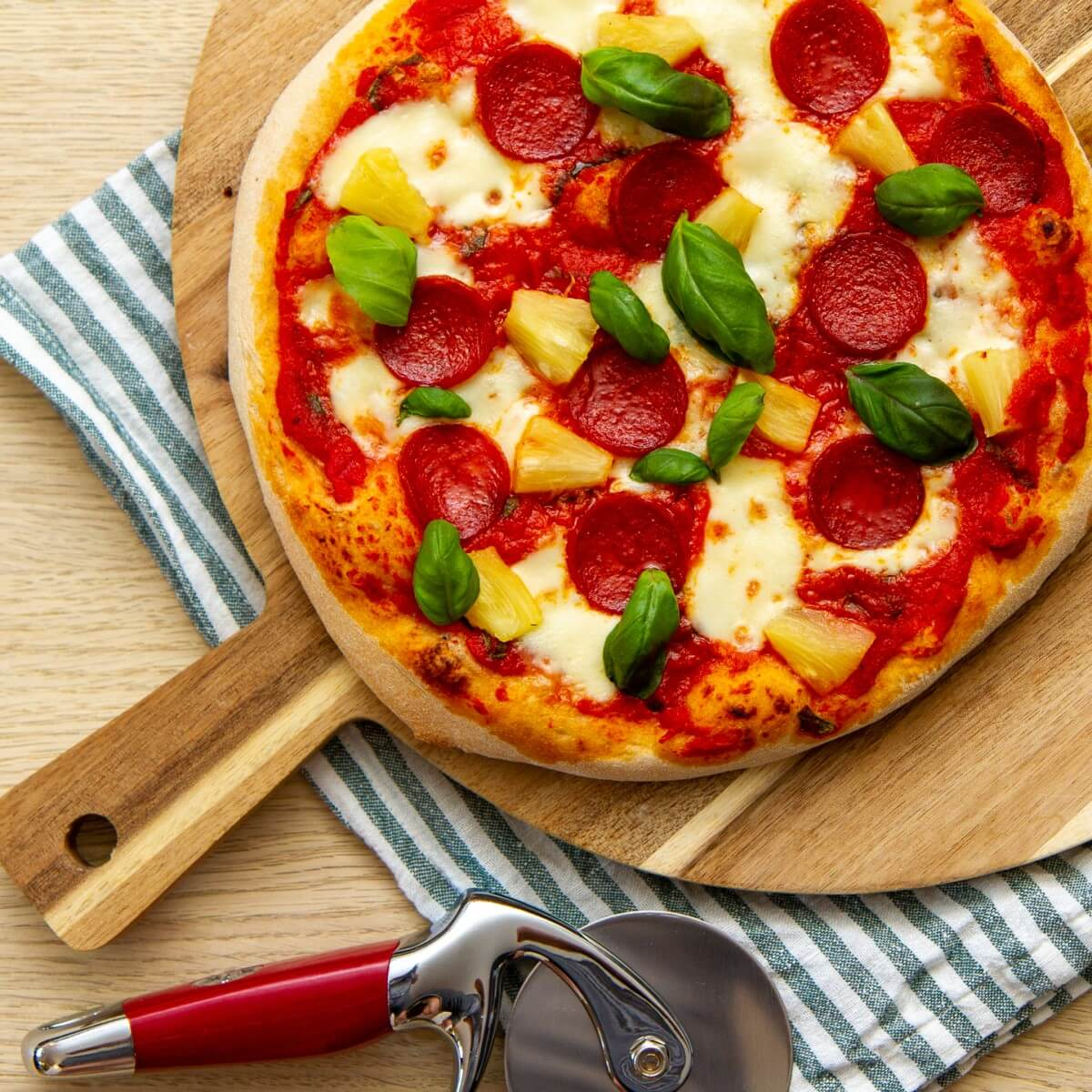 Pizza pepperoni og ananas