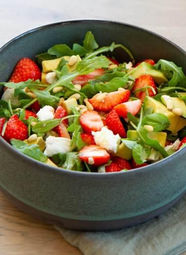 Salat med jordbær, avokado og mozzarella