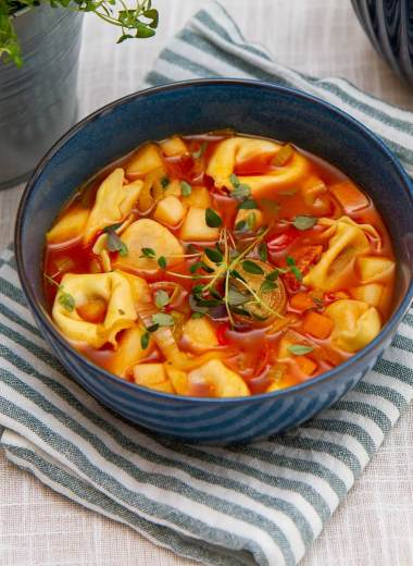 Suppe med tortellini, chorizo og eple