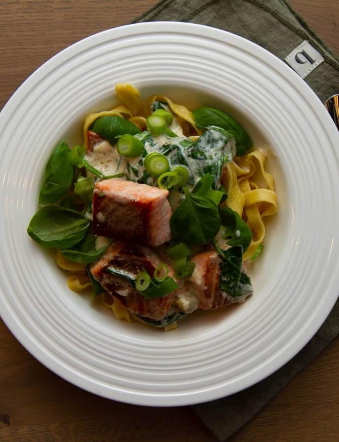 Hjemmelaget pasta med laks og fløtesaus