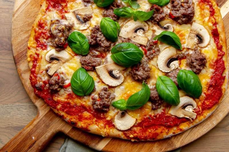 Pizza med marinert kjøttdeig