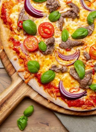 Surdeigspizza med marinerte biffstrimler