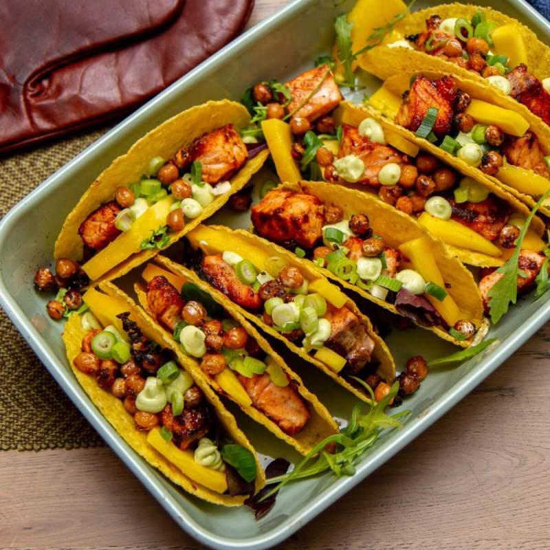 Taco med laks, avokadokrem og sprø kikerter