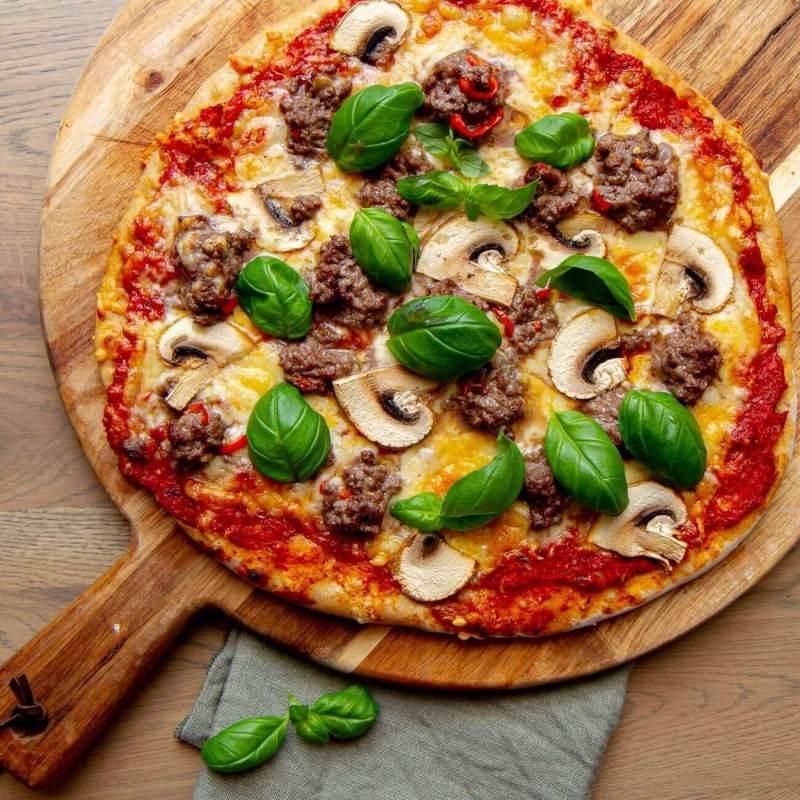Halvgrov pizza med marinert kjøttdeig