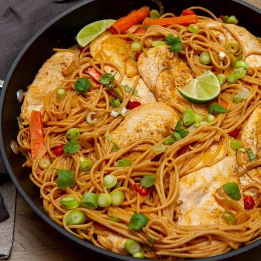 Kylling i rød karri og pasta