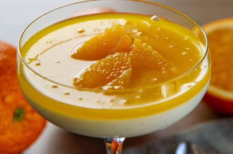 Yoghurt panna cotta med appelsinsaus
