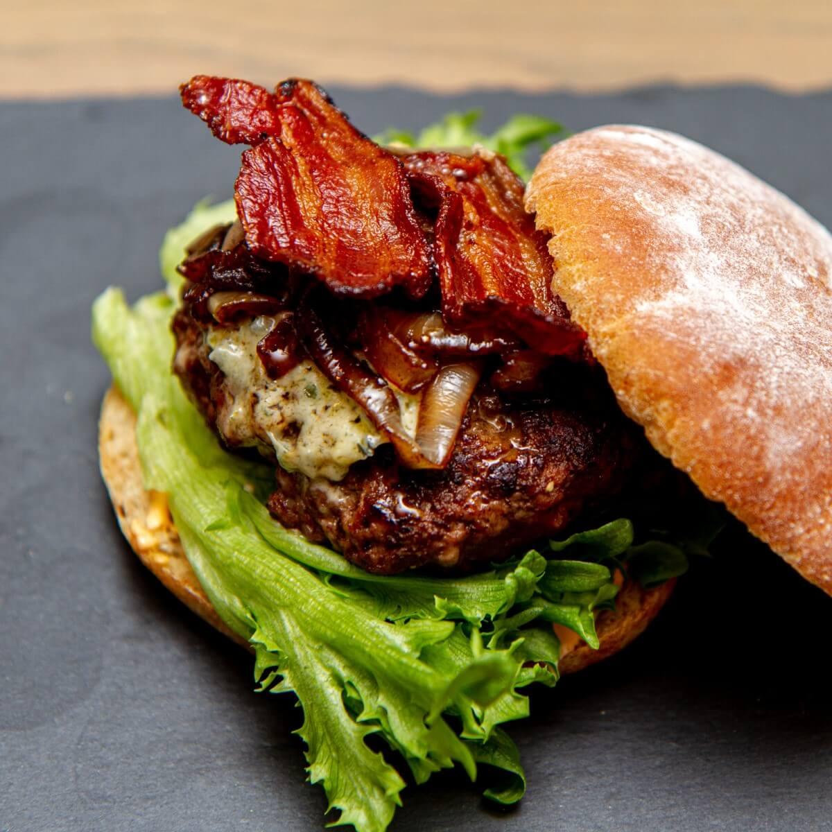 Burger med srirachamajones, bacon og blåmuggost