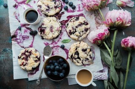 Arti Mimpi Kue : Gambar kue bluberi lezat yang disajikan diatas meja