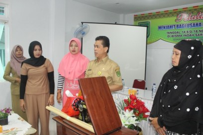 Kepala Diskop UMKM Inhil H Dianto Mampanini didampingi sejumlah perwakilan peserta saat memberikan wejangan menjelang penyerahan secara simbolis bantuan mesin jahit