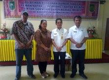 Kadiskop UMKM Inhil DR H Dianto Mampani SE MT (2 dari kanan) di dampingi Kasi Usaha Kecil Diskop UMKM Provinsi Riau M Lungga (kanan) dan instruktur pelatih foto bersama usai acara pembukaan