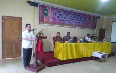 Kadiskop UMKM Inhil DR H Dianto Mampanini memberikan sambutan sekaligus membuka pelaksanaan pelatihan pengolahan tempurung kelapa