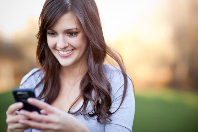mujer enviando mensaje