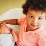 Cómo presentarle a su niño pequeño a su hermano bebé
