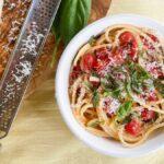 Convierta una pinta de tomates en una salsa para pasta sin cocinar