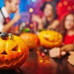 Aquí hay dos listas de reproducción de Halloween (una para que comience la fiesta y otra para inspirar miedo y pavor)