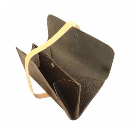 Sort clutch taske i læder med to rum.