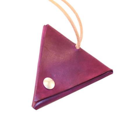 Lille fiks trekantspung i lilla kernelæder.